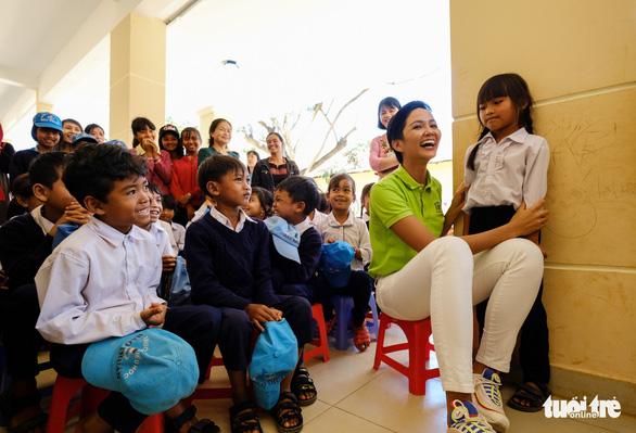 Hoa hậu HHen Niê xây thư viện cho trẻ em nghèo - Ảnh 2.