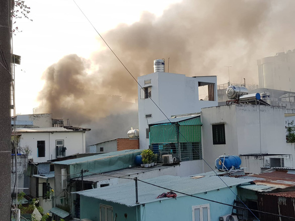 Cháy quán bar ở Sài Gòn, hàng trăm người may mắn thoát nạn trong đêm - Ảnh 4.