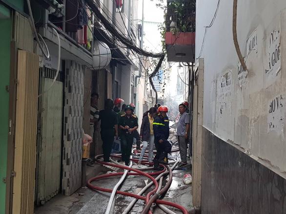 Cháy quán bar ở Sài Gòn, hàng trăm người may mắn thoát nạn trong đêm - Ảnh 5.