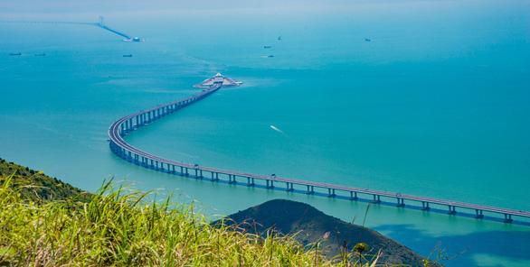 Du ngoạn trên cây cầu vượt biển dài nhất thế giới như thế nào? - Ảnh 1.