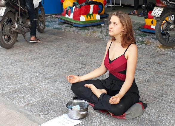 Nữ du khách Nga thiền để xin tiền tiếp tục ăn vạ ở Phú Quốc - Ảnh 1.