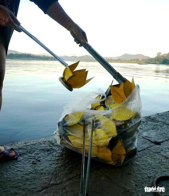 Chấn chỉnh hoạt động thả hoa đăng, vàng mã trên sông Hương - Ảnh 1.