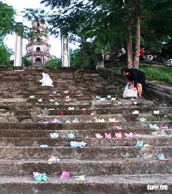 Chấn chỉnh hoạt động thả hoa đăng, vàng mã trên sông Hương - Ảnh 2.