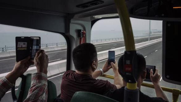 Du ngoạn trên cây cầu vượt biển dài nhất thế giới như thế nào? - Ảnh 2.