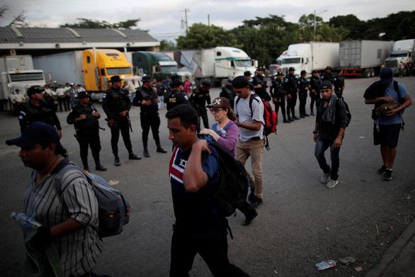 Thêm hàng ngàn di dân từ El Salvador đổ sang Mỹ - Ảnh 1.