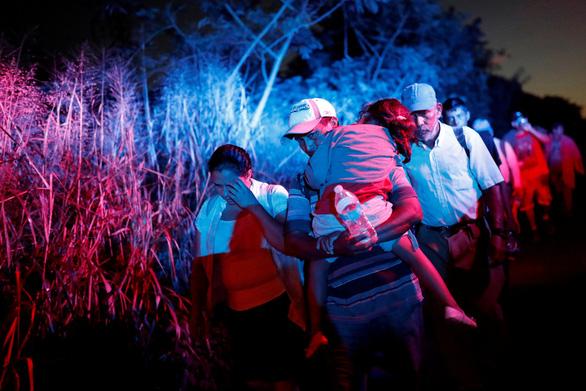 Thêm hàng ngàn di dân từ El Salvador đổ sang Mỹ - Ảnh 2.