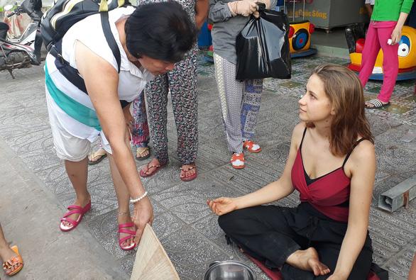 Nữ du khách Nga ngồi thiền xin tiền ở Phú Quốc nói mình bị cướp - Ảnh 2.