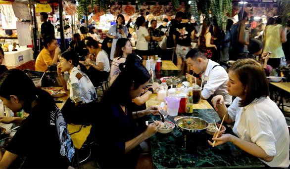 Người Thái bia rượu thoải mái nhưng không lầy như nhiều người Việt - Ảnh 1.