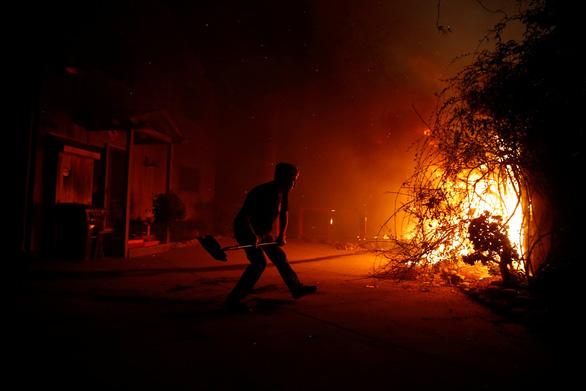 Cháy dữ dội rừng California, ông Trump chê 'quản lý kém' - Ảnh 2.