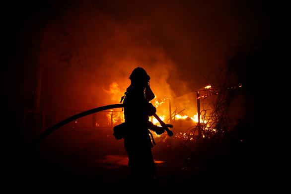 Cháy dữ dội rừng California, ông Trump chê 'quản lý kém' - Ảnh 3.