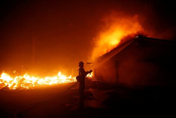 Cháy dữ dội rừng California, ông Trump chê 'quản lý kém' - Ảnh 5.