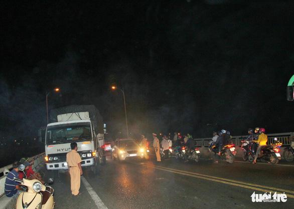 Hai xe hơi va chạm, cầu Rạch Miễu kẹt cứng hàng giờ - Ảnh 5.