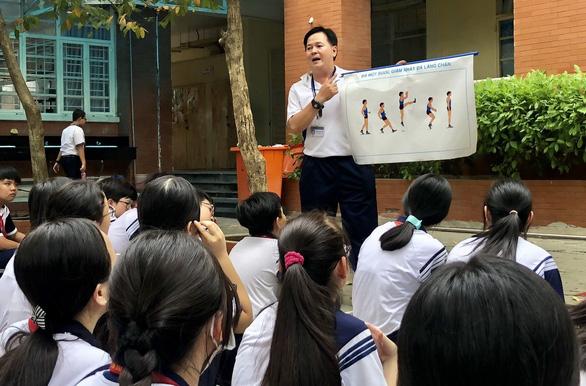 Nỗi khổ học nhiều, vận động ít của học sinh Việt - Ảnh 1.