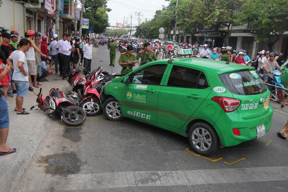 Taxi tông hàng loạt xe máy chờ đèn đỏ ở Mỹ Tho - Ảnh 3.