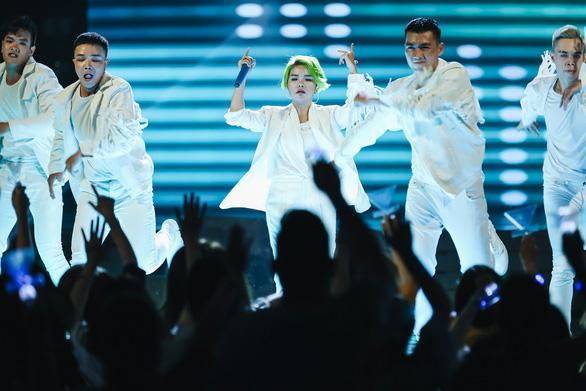 Vũ Cát Tường tóc xanh, hát live cùng hàng ngàn khán giả - Ảnh 5.