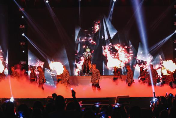 Vũ Cát Tường tóc xanh, hát live cùng hàng ngàn khán giả - Ảnh 9.