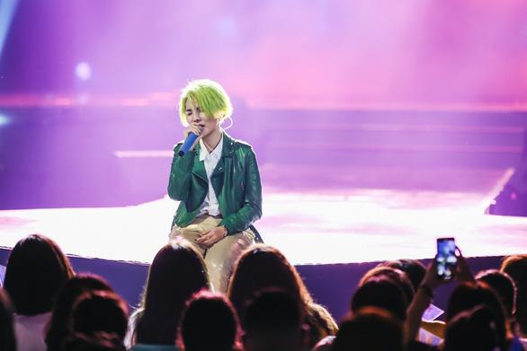Vũ Cát Tường tóc xanh, hát live cùng hàng ngàn khán giả - Ảnh 4.