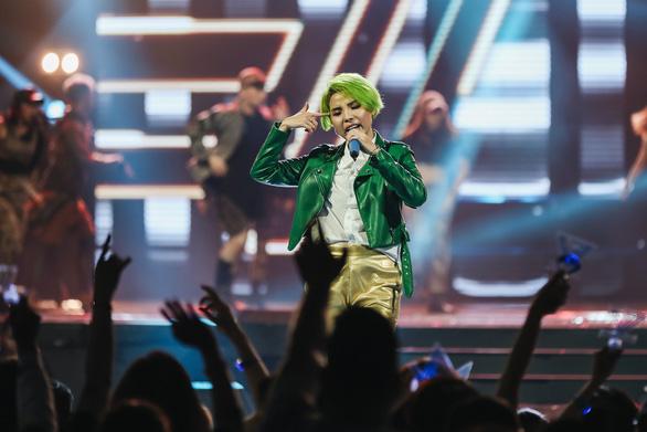 Vũ Cát Tường tóc xanh, hát live cùng hàng ngàn khán giả - Ảnh 1.