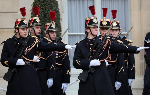 10.000 cảnh sát Pháp xuất quân bảo vệ Paris - Ảnh 1.