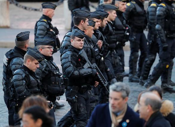 10.000 cảnh sát Pháp xuất quân bảo vệ Paris - Ảnh 3.