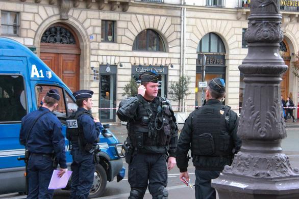 10.000 cảnh sát Pháp xuất quân bảo vệ Paris - Ảnh 2.