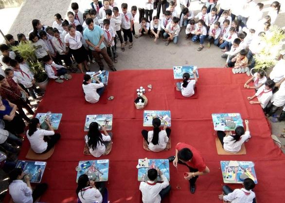 Học sinh vẽ tranh trên đá gây quỹ giúp bạn - Ảnh 2.