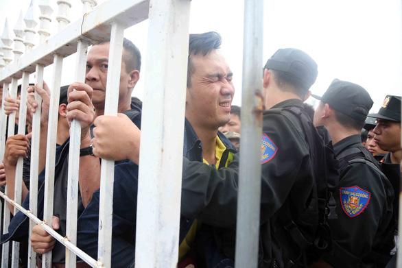 Báo chí Thái Lan ngạc nhiên với cảnh chen chúc mua vé xem bóng đá ở VN - Ảnh 1.