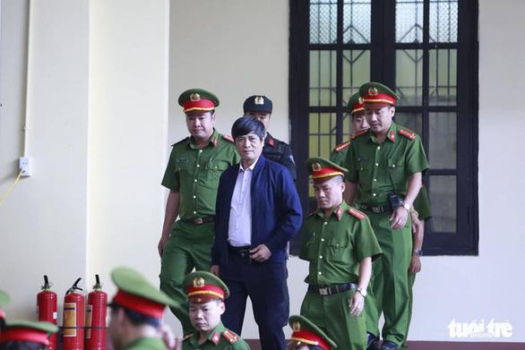 Diễn biến chính ngày đầu tiên xét xử hai cựu tướng công an - Ảnh 3.