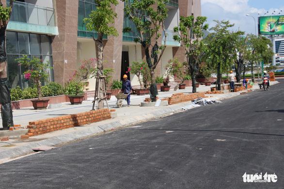 Mường Thanh Khánh Hòa xây bồn hoa trái phép trên vỉa hè - Ảnh 1.