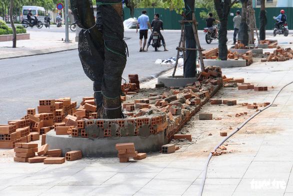 Mường Thanh Khánh Hòa xây bồn hoa trái phép trên vỉa hè - Ảnh 2.