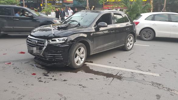 Audi leo dải phân cách đâm Mercedes và 2 xe máy trên phố Hà Nội - Ảnh 2.