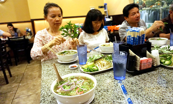 Phố phở hàng rong đong đầy hương sắc Việt - Ảnh 1.