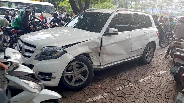 Audi leo dải phân cách đâm Mercedes và 2 xe máy trên phố Hà Nội - Ảnh 3.