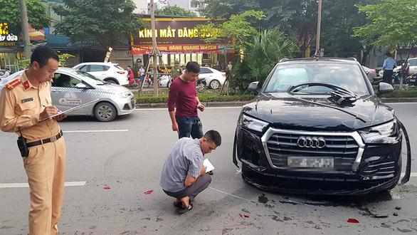 Audi leo dải phân cách đâm Mercedes và 2 xe máy trên phố Hà Nội - Ảnh 5.