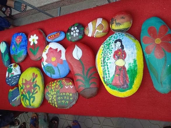 Học sinh vẽ tranh trên đá gây quỹ giúp bạn - Ảnh 5.