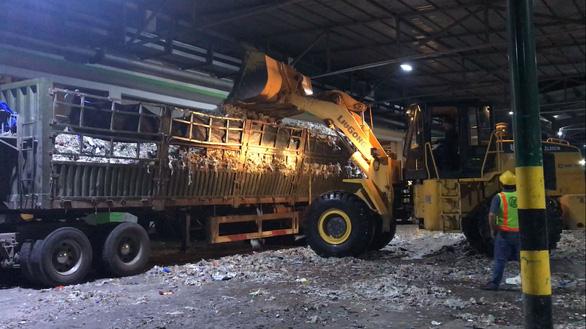 Rác được công nhân Nhà máy Lee and Man dùng xe xúc lên xe container tại khu vực chứa rác trong nhà máy. (Ảnh Internet)