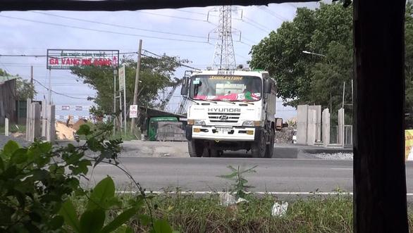 Chiếc xe tới bãi đất trống tại xã Phong Phú, huyện Bình Chánh rồi đổ số rác trên. (Ảnh: Internet)