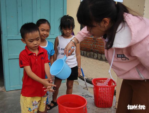 Cô giáo mầm non đi xin từng xô nước cho học trò - Ảnh 5.