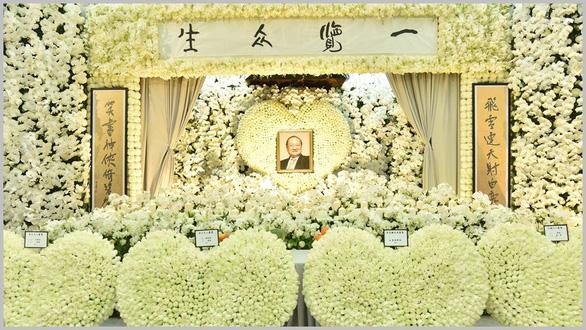 Tỉ phú Jack Ma và các nghệ sĩ đến dự tang lễ nhà văn Kim Dung - Ảnh 1.