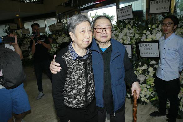 Tỉ phú Jack Ma và các nghệ sĩ đến dự tang lễ nhà văn Kim Dung - Ảnh 2.