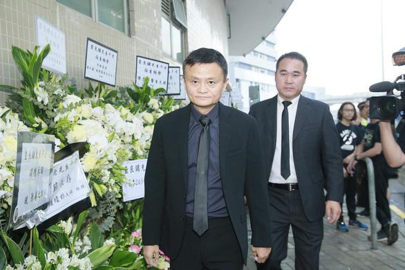 Tỉ phú Jack Ma và các nghệ sĩ đến dự tang lễ nhà văn Kim Dung - Ảnh 3.