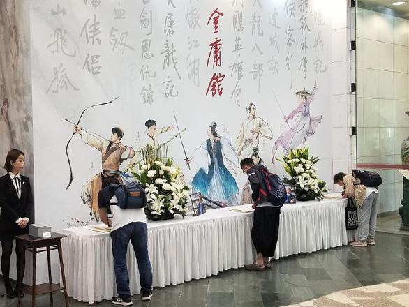 Tỉ phú Jack Ma và các nghệ sĩ đến dự tang lễ nhà văn Kim Dung - Ảnh 5.