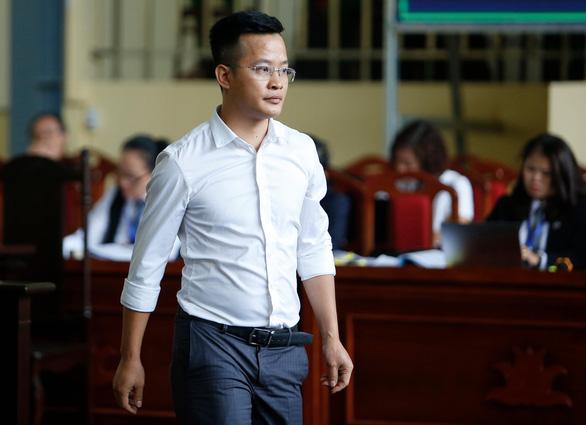 Cựu trung tướng Phan Văn Vĩnh rời phòng xử vì tăng huyết áp - Ảnh 4.