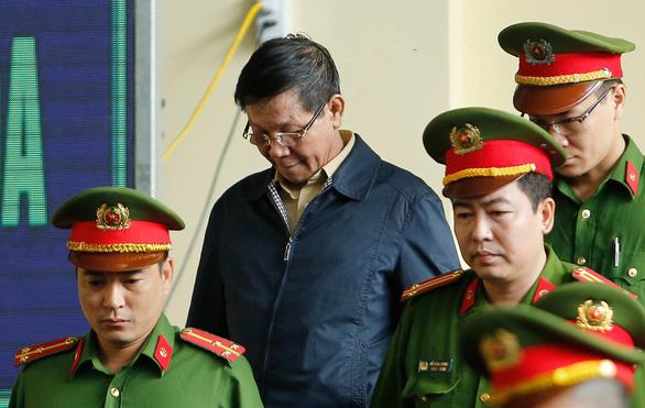 Cựu trung tướng Phan Văn Vĩnh rời phòng xử vì tăng huyết áp - Ảnh 3.