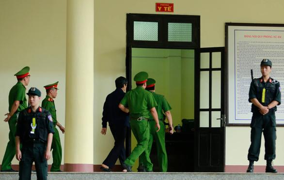 Cựu thiếu tướng Nguyễn Thanh Hóa cũng rời tòa vì tăng huyết áp - Ảnh 3.