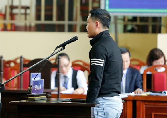 Cựu trung tướng Phan Văn Vĩnh rời phòng xử vì tăng huyết áp - Ảnh 5.