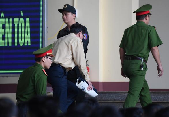 Cựu trung tướng Phan Văn Vĩnh rời phòng xử vì tăng huyết áp - Ảnh 1.
