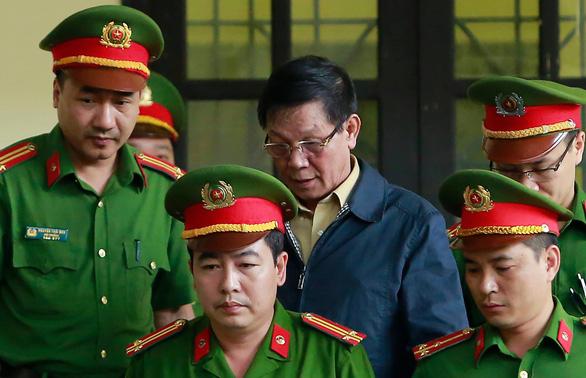 Cựu thiếu tướng Nguyễn Thanh Hóa cũng rời tòa vì tăng huyết áp - Ảnh 1.