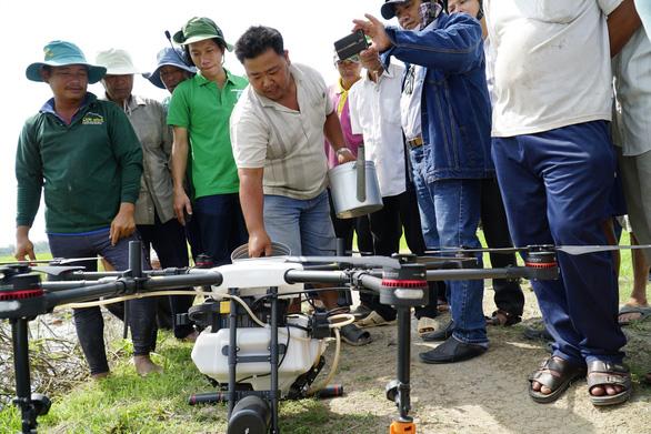 Trình diễn thiết bị bay phun thuốc bảo vệ thực vật tại Đồng Tháp - Ảnh 2.