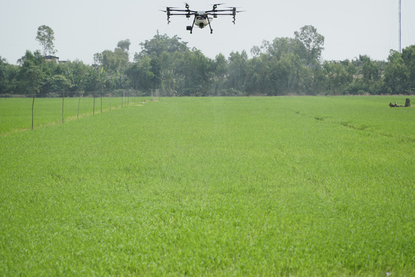 Trình diễn thiết bị bay phun thuốc bảo vệ thực vật tại Đồng Tháp - Ảnh 3.